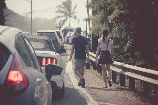 デートで男性が車道側を歩く