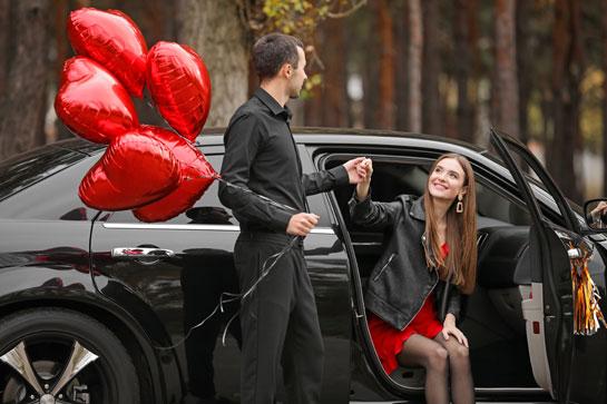 デートで男性が助手席のドアを開ける